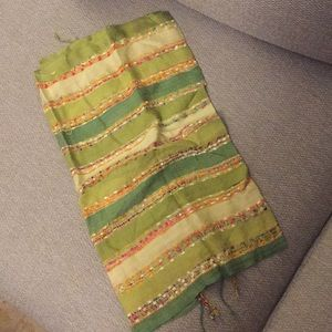 Green speckled scarf with fringe